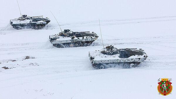 Běloruští vojáci použili noviny jako zimní kamufláž pro svoji techniku - Sputnik Česká republika
