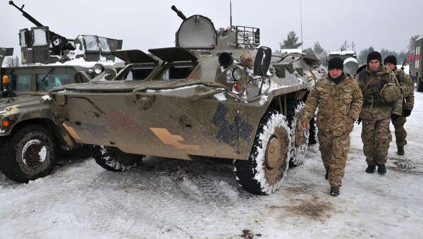 Ukrajinští vojáci vedle obrněných transportérů - Sputnik Česká republika