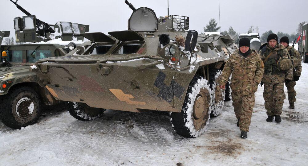 Ukrajinští vojáci vedle obrněných transportérů