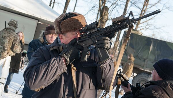 Muž s puškou M-16 - Sputnik Česká republika