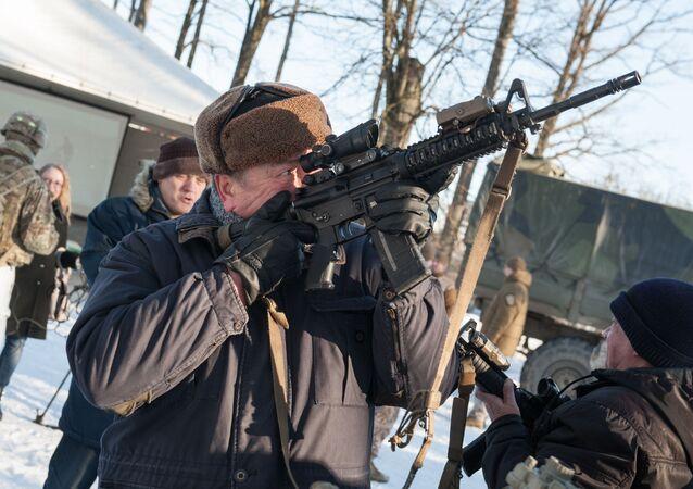 Muž s puškou M-16