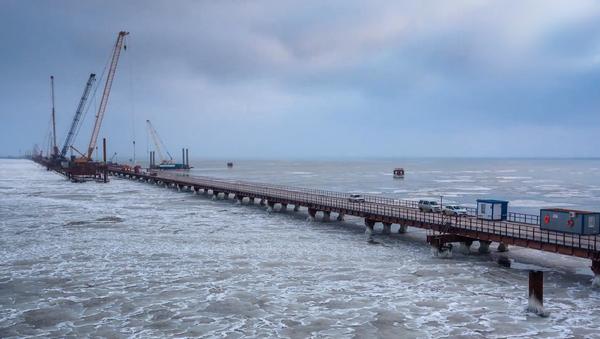 Budování mostu přes Kerčský průliv pokračuje i za tání ledů - Sputnik Česká republika