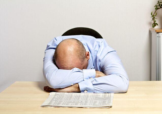 Muž spí v práci