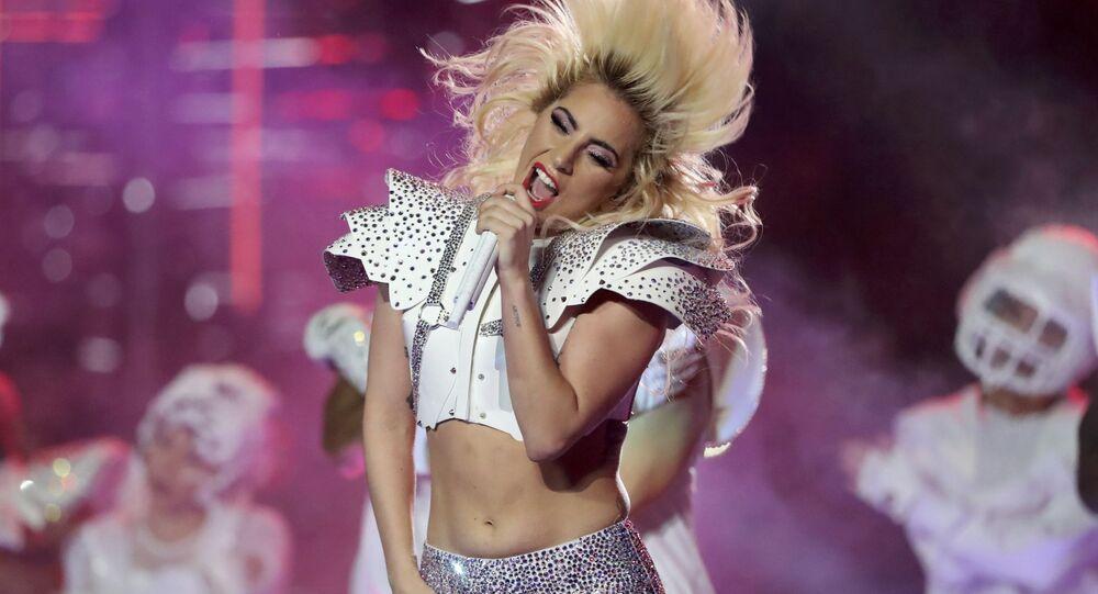 Lady Gaga vystupuje na Super Bowl LI v Texasu