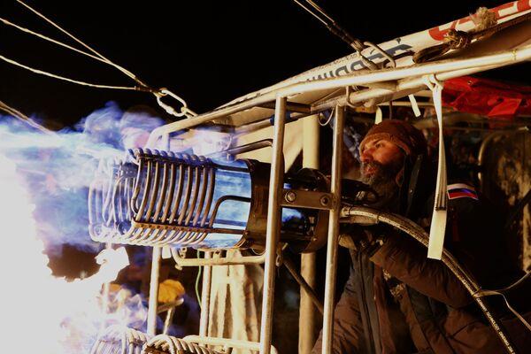 Přípravy na start tepelné vzducholodi ruského cestovatele Fjodora Koňuchova a mistra sportu ve vzduchoplavbě Ivana Meňajla na Rybinském letišti v Jaroslavlské oblasti - Sputnik Česká republika