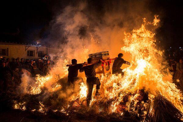 Muži s rakví si prorážejí cestu přes oheň během oslav čínského nového roku v Cejangu, Čína - Sputnik Česká republika
