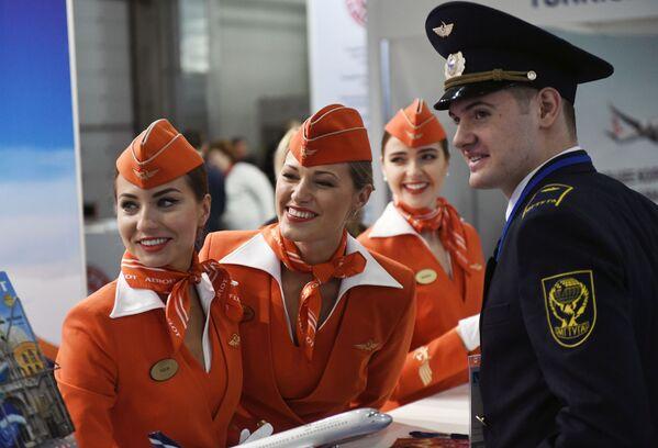 Letušky před panelem společnosti Aeroflot na výstavě infrastruktury civilního letectva NAIS 2017 v Moskvě - Sputnik Česká republika