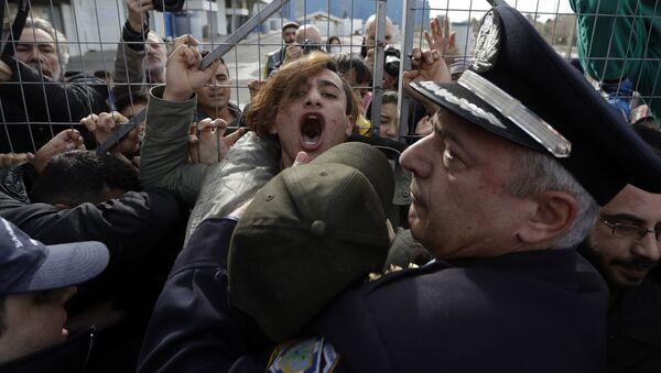 Policie zadržuje migranty z Afghánistánu na jihu Atén, Řecko (ilustrační fotografie) - Sputnik Česká republika