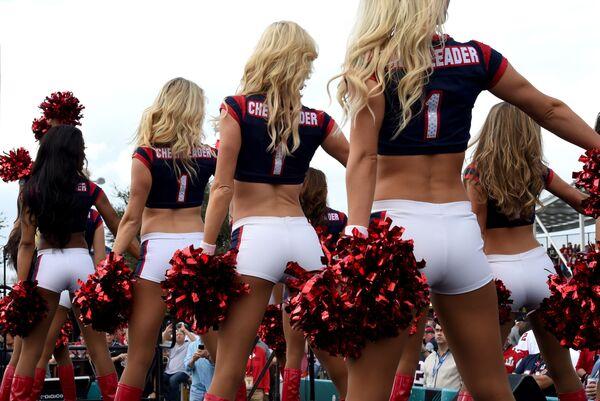 Roztleskávačky Houston Texans na každoročním mistrovství Super Bowl v Houstonu, Texas - Sputnik Česká republika