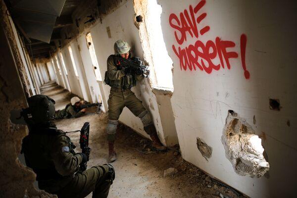 Vojáci izraelské armády se účastní vojenského cvičení v prostoru opuštěného hotelu v Aradu - Sputnik Česká republika