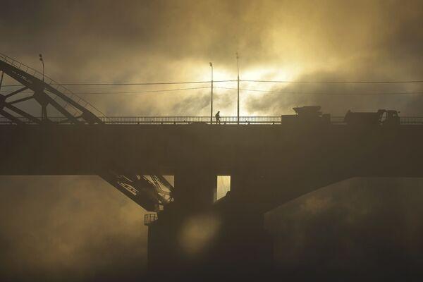 Chodec na mostu přes řeku Moskvu - Sputnik Česká republika