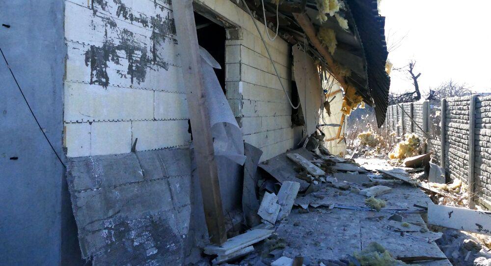 Dům, poškozený kvůli ostřelování ukrajinskými ozbrojenci