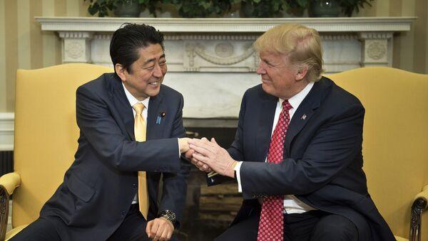 Šinzó Abe a Donald Trump - Sputnik Česká republika