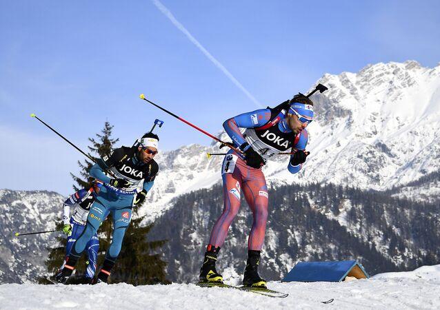 Ruský biatlonista Anton Šipulin a francouzský biatlonista Martin Fourcad