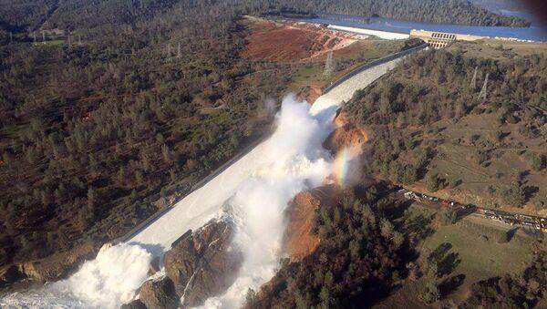 Přetržení vodní přehrady v USA v městě Oroville - Sputnik Česká republika