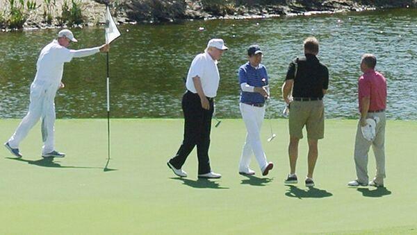Donald Trump a Šinzó Abe spolu hráli golf - Sputnik Česká republika