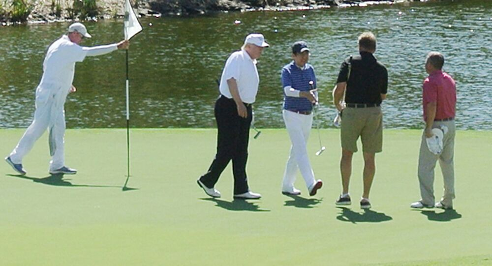 Donald Trump a Šinzó Abe spolu hráli golf
