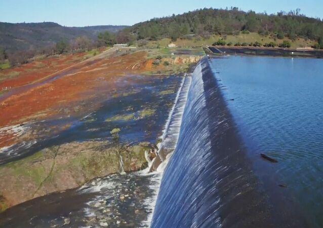 Poškození vodního přepadu přehrady v USA