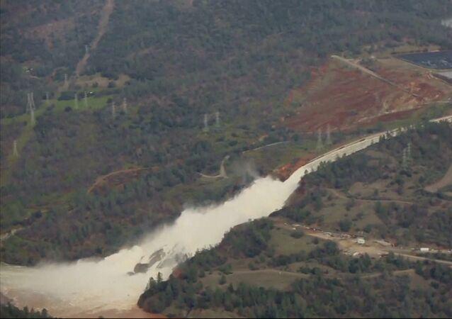 Lidé evakuovaní zpod přehrady Oroville v Kalifornii
