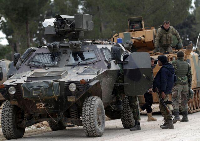 Turečtí vojáci a příslušníci SSA nedaleko Al-Bábu