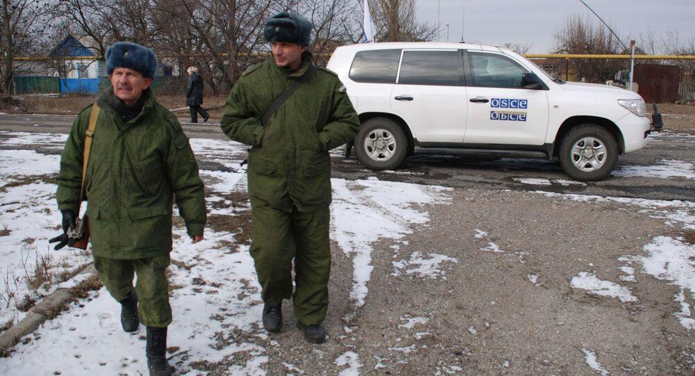Příslušníci Národní milice DLR u auta mise OBSE
