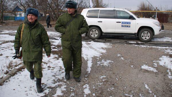 Příslušníci Národní milice DLR u auta mise OBSE - Sputnik Česká republika