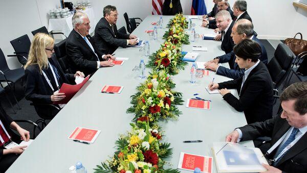 Ministr zahraničních věcí RF Sergej Lavrov a nový ministr zahraničních věcí USA Rex Tillerson uskutečňují setkání - Sputnik Česká republika