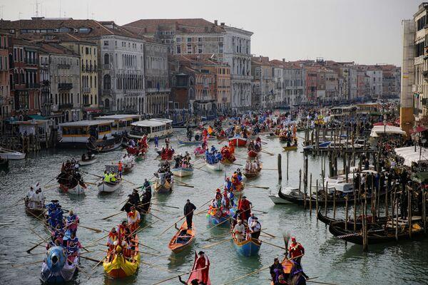 Účastníci maškarní přehlídky plují kanálem Grande během Benátského karnevalu - Sputnik Česká republika
