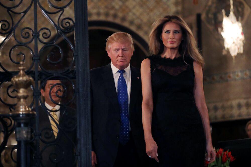 Japonský premiér Šindzó Abe, prezident USA Donald Trump a první dáma Melania Trumpová před fotografováním pro novináře v usedlosti Mar-a-Lago, Florida