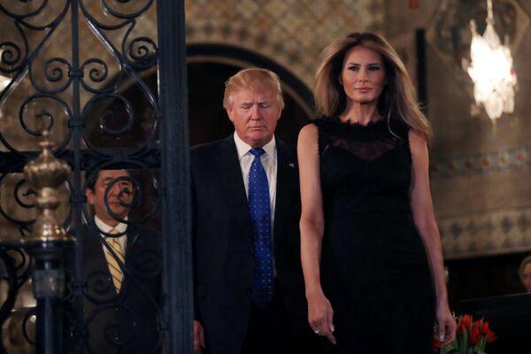 Japonský premiér Šindzó Abe, prezident USA Donald Trump a první dáma Melania Trumpová před fotografováním pro novináře v usedlosti Mar-a-Lago, Florida - Sputnik Česká republika