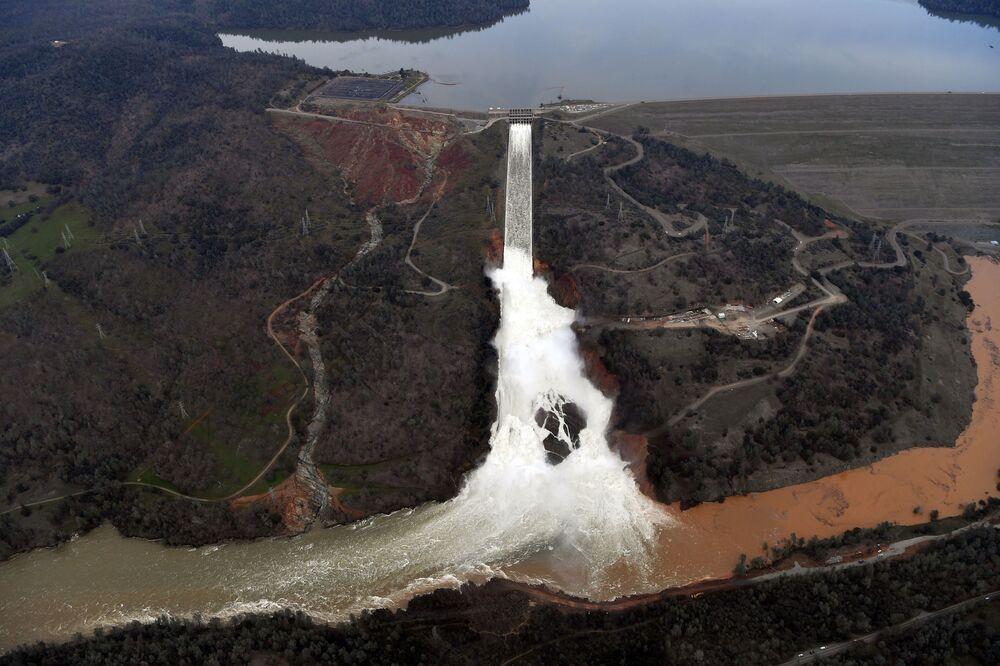 Poškozená přehrada v Oroville, Kalifornie, USA
