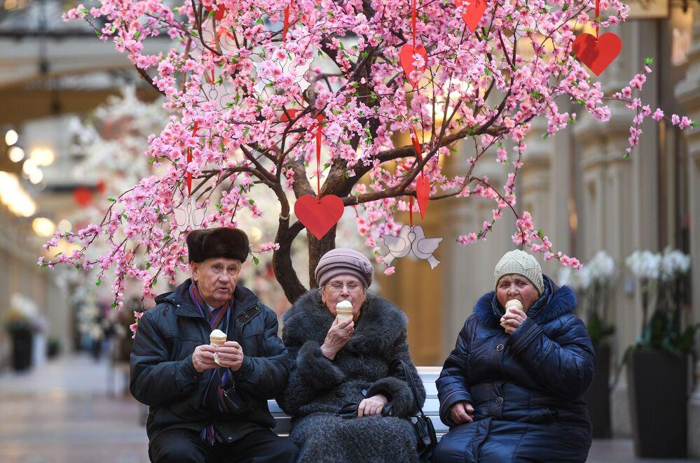 Zákazníci v obchodním centru GUM v Moskvě
