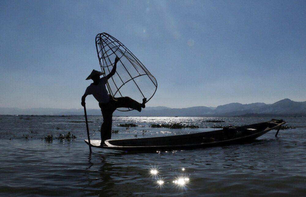 Rybář na jezeru Inle v jižní části státu Šan, Barma