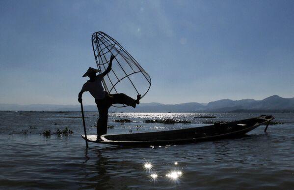 Rybář na jezeru Inle v jižní části státu Šan, Barma - Sputnik Česká republika