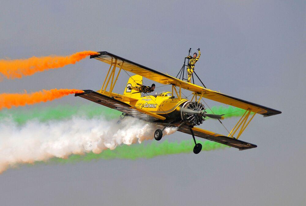 Tým Skycat Wingwalkers ze skandinávské letecké show na show v Indii