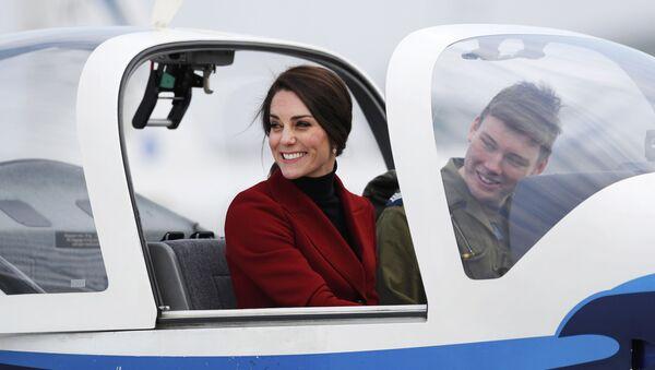Vévodkyně z Cambridge Catherine v kabině cvičného letadla při návštěvě základny Královského válečného letectva Velké Británie - Sputnik Česká republika