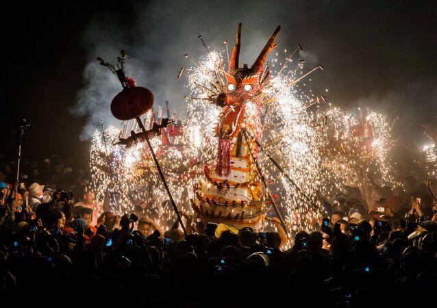 Drak vyrobený z lampionů, petard a bouchaček na festivalu lampionů v provincii Guangdong, Čína