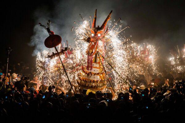 Drak vyrobený z lampionů, petard a bouchaček na festivalu lampionů v provincii Guangdong, Čína - Sputnik Česká republika