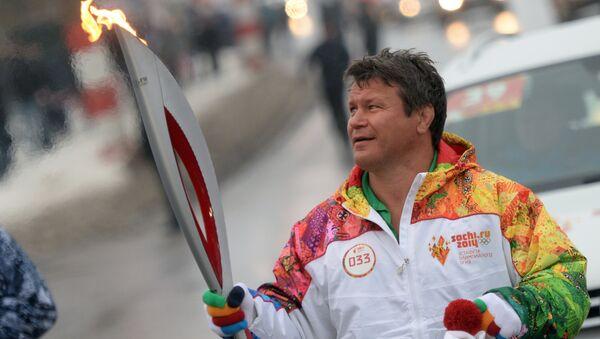 Ruský a americký herec a sportovec Oleg Taktarov nese olympijský oheň - Sputnik Česká republika