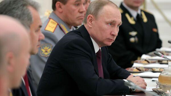 Ruský prezident Vladimir Putin během setkání s důstojníky Severní flotily - Sputnik Česká republika