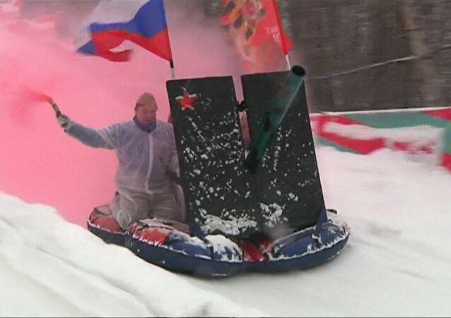 """Sáňkování na """"dělu"""": V Moskvě se konal festival neobyčejných saní"""
