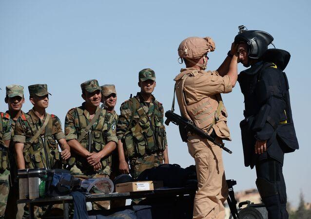 Příslušník ruské armády učí syrské vojáky.