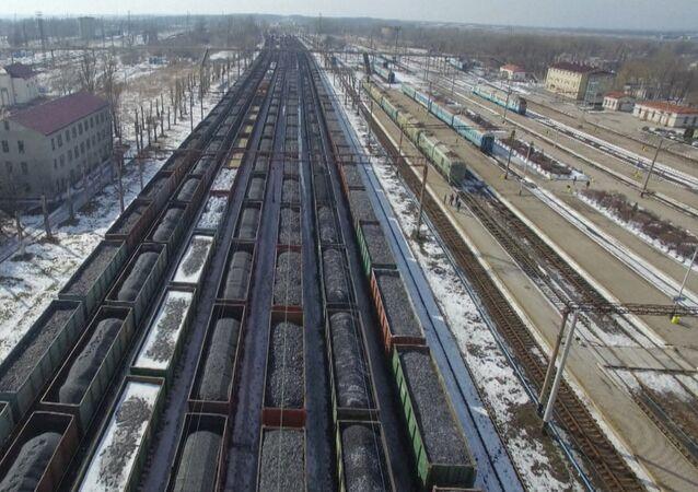 Bezpilotní letoun natočil vlakové soupravy s uhlím zablokované na Donbasu