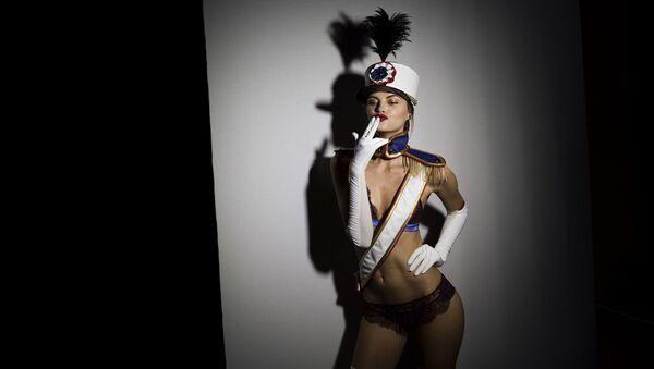 Modelka pózuje v zákulisí před zahájením defilé designérské sbírky Andres Sarda sezóny podzim-zima na Týdnu módy v Madridu - Sputnik Česká republika