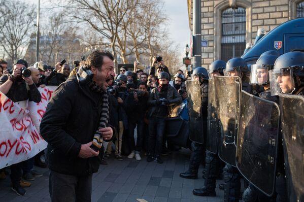 Policisté a účastníci protestní akce proti policejnímu násilí na Náměstí republiky v Paříži - Sputnik Česká republika