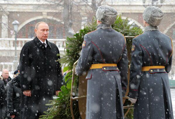 Prezident RF Vladimir Putin na ceremonii položení věnce ke Hrobu Neznámého vojína u Kremelské zdi v Den obránců vlasti - Sputnik Česká republika