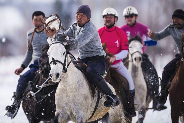 Účastníci přátelského utkání mezi vítězným týmem regionálního šampionátu v horseballu a pozvaným francouzským mužstvem v Toktogulském okrese, Kyrgyzstán - Sputnik Česká republika