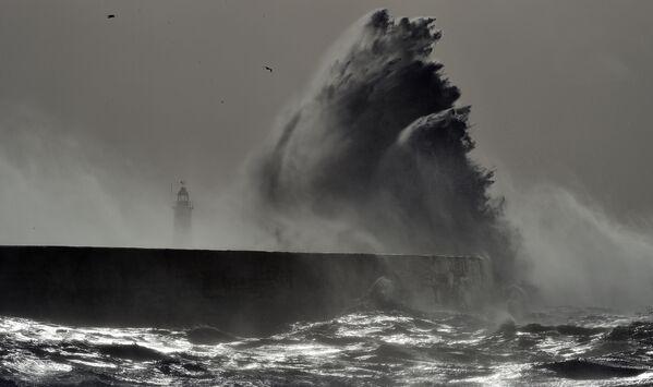 Bouře Doris na jižním pobřeží Anglie - Sputnik Česká republika