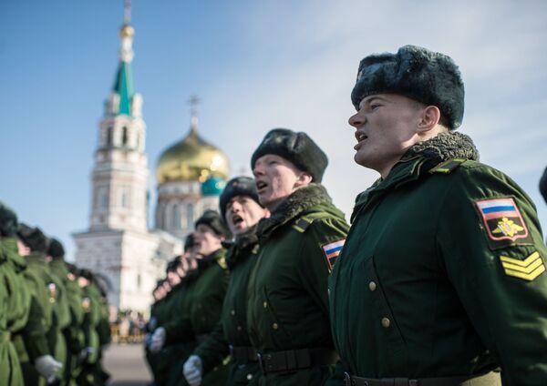 Vojáci během oslav Dne obránců vlasti na Soborném náměstí před Uspenským chrámem v Omsku - Sputnik Česká republika