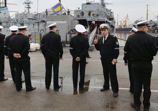 Ukrajinští námořníci u lodě Hetman Sagajdačnyj
